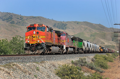 BNSF 5314 (C44-9W), BNSF 908 (C40-8W) & BNSF 9211 (SD60M) approach Bena with a northbound manifest working. 27/04/2007.