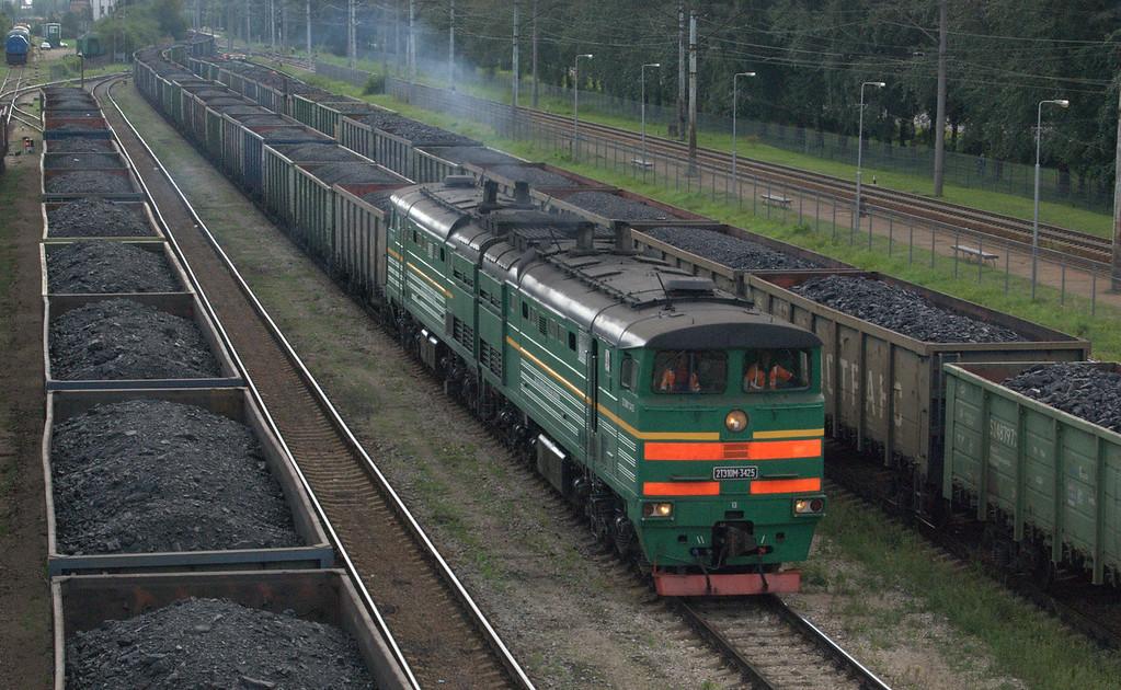 Rolling thunder: 2TE10M-3425 enters Daugmale sidings