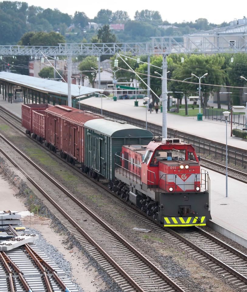 Short freight working through Kaunus station
