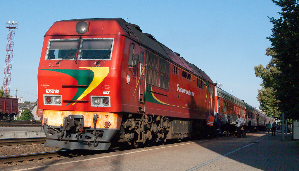 TEP70 on Klaipeda to Vilnius express at Siauliai