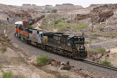 NS 8722 (C40-8), KCS 700 (SD40X), BNSF 343 (GP60B) & BNSF 7676 (ES44DC) drop downhill in Kingman Canyon with a westbound manifest. 01/05/2007.
