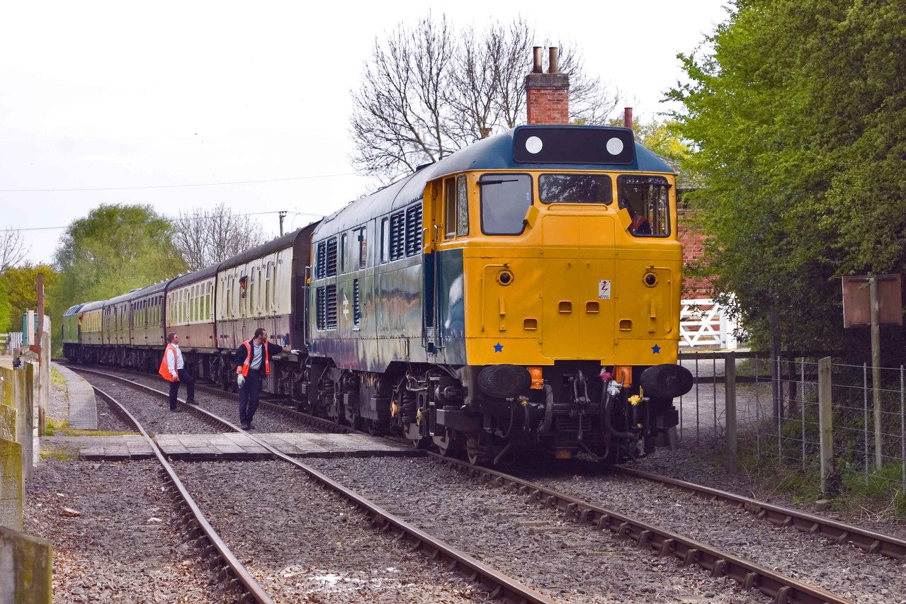 Brush Type 2 AIA-AIA Class 31 No 31 101 awaits to be uncoupled at Shenton Station to allow the train to return<br /> under the power of Brush Type 4 Co-Co Class 47 No 47 244 (47 460 University of Strathclyde). 22/04/2007