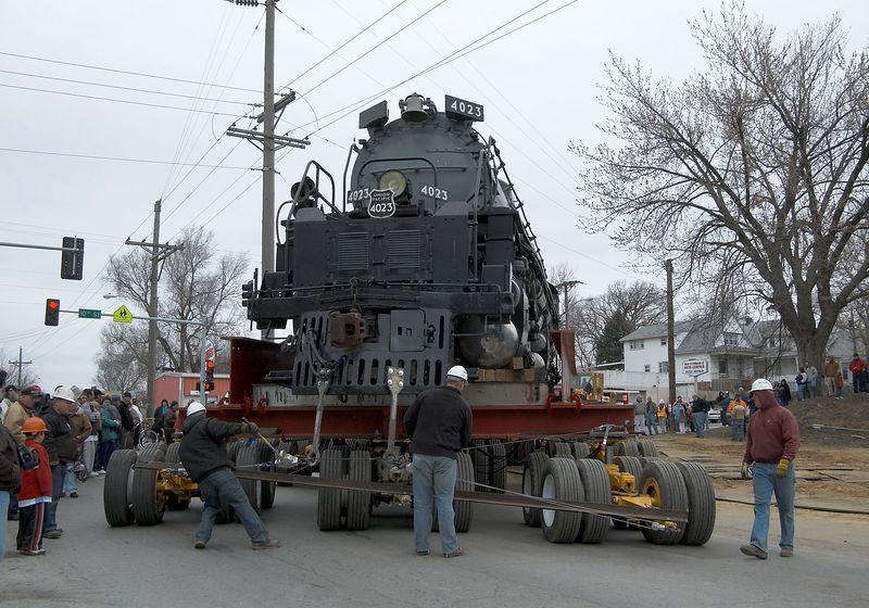 <font size=3>The steering team slowly returned the locomotive to a straight course.</font>