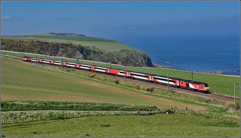2018 05 06.Hst on the 11.47 Aberdeen-Kings Cross VTEC service at Burnmouth.