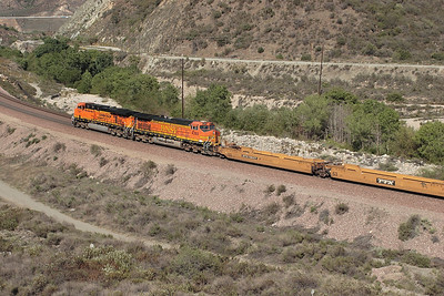 BNSF 7787 (ES44DC) & BNSF 4393 (C44-9W) head an eastbound bare table train at mile 475. 07/05/2007.