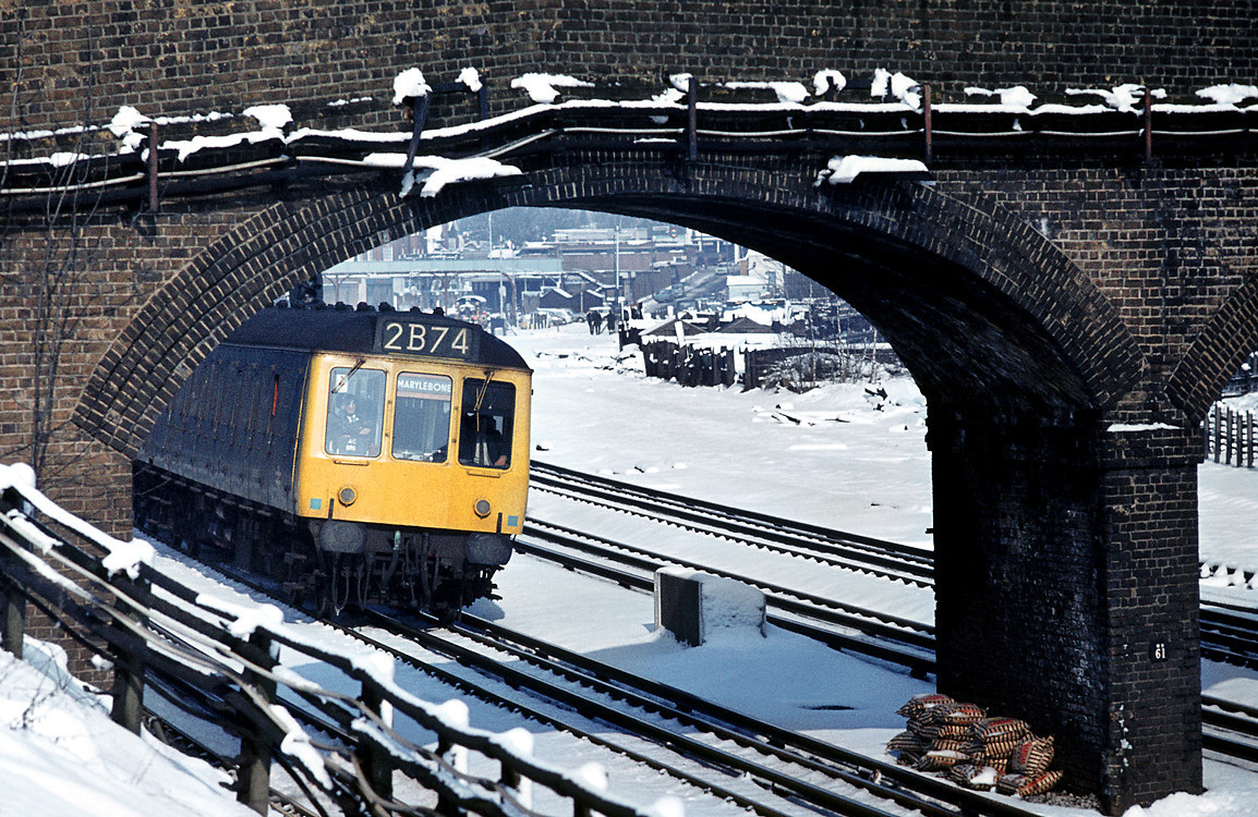 On a snowy March day in 1970, a Class 115 DMU heads south at Northwood with a working from Aylesbury to Marylebone. Slide No. 4717.