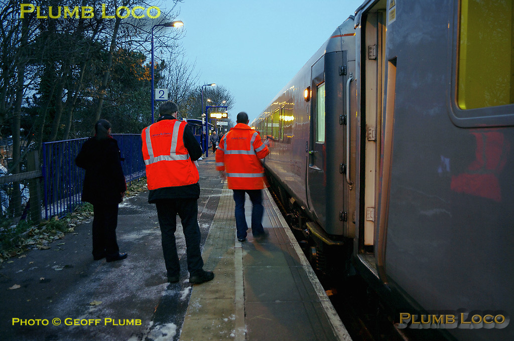 The Chiltern safety team make their final measurements of the day at Warwick station, though further stops were made at Banbury and Bicester North. 1Z68 is about to depart for Marylebone at 16:15, Wednesday 1st December 2010. Digital Image No. GMPI7012.