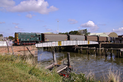 08704, but carring the number D3871 shunts empty steel hoods over the River Witham and into Boston Docks, 11/09/2009. This Loco was built by B.R. Horwich and set to work in February 1960.