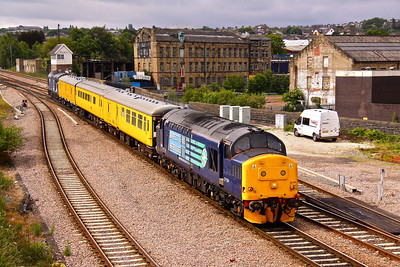 37194 and 37087 run past Mill Lane Junction and into Bradford Interchange on 2Q88 05:12 Derby RTC - Doncaster West Yard. 13/06/11. 37194  ended its days at Booths scrap yard, Rotherham in December 2016 !