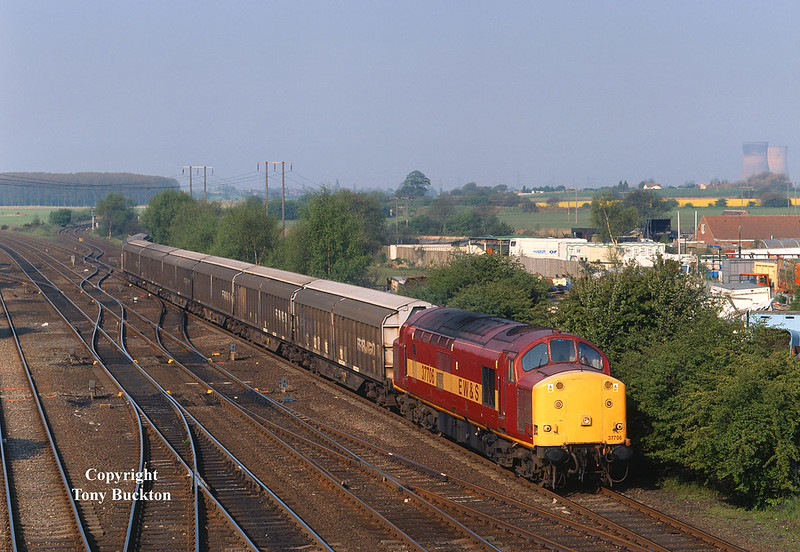 37706 passes Stainforth with the 6G77 08:08 Selby - Immingham at 08:24 on Friday 11th May 2001.