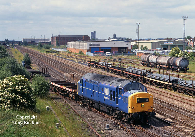 37216 shunts BDA's at Burton on Trent at 09:00 on the morning of the 18th June 2002. The wagons had been set down from the 6D36 Enterprise servises from Bescot, which would continue later to Toton running as 6D77.