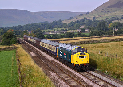 40145 passes Edale in the Hope Valley with 'The East Lancs Explorer' - 1Z40 Rawtenstall - Stanstead Airport. 04/09/10.