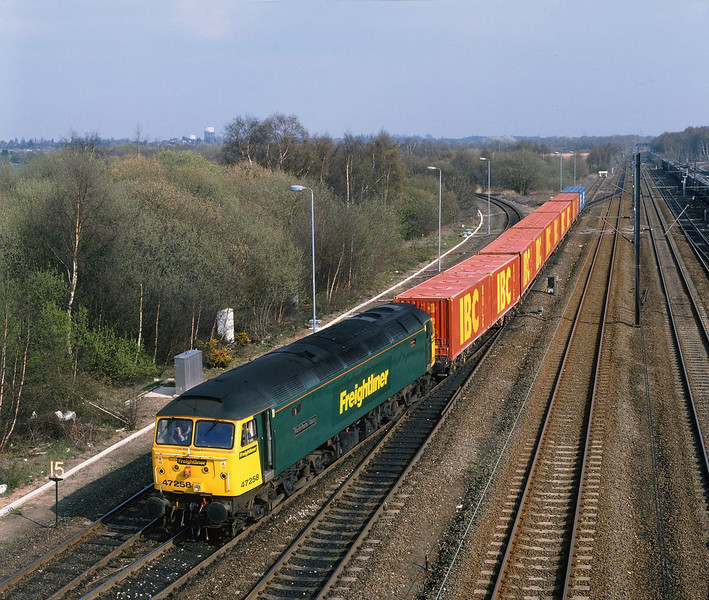 Wearing the far superior Freightliner Green, 47258 sets back from Doncaster Railport at 15:50 on Monday 10th April 2000, with the 4N88 departure to Wilton (Teeside).
