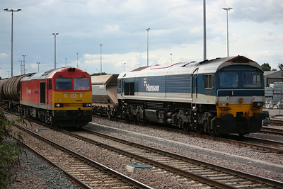 60059 with 6E38 1354 Colnbrook - Lindsey passes 59103 arrved in Acton with the 1033 ex Merehead 20/8/14