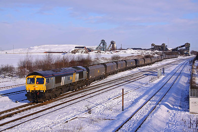 66301 finally departs from Hatfield colliery, after snow and ice prevented the points from locking into place, with 6A59 (12:02) to Ratcliffe Power station. 08/01/10.
