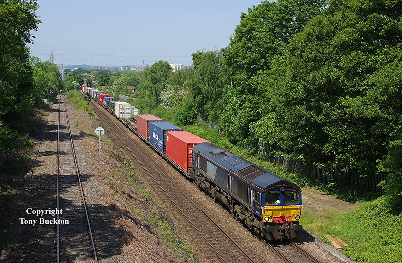 Still carrying de-branded DRS blue, Freightliners' 66415 passes Oakenshaw Jnc at 12:44 on Thursday 24th May 2018 with the 12:12 Leeds FLT - Southampton MCT.