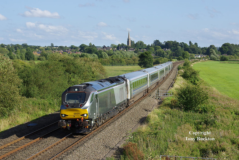On Thursday 17th August 2017, a detour on the way home from a holiday in Oxford gave me the opportunity to call in at Kings Sutton for an hour or so in the hopes of catching a 68 or two on the loco hauled services - at 17:01 68011 obliged at the head of the 1K45 16:15 Marylebone - Kidderminster.