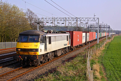 90048 passes Lower Hatton in charge of 4M88 09:20 Felixstowe - Crewe Basford Hall. 20/04/11.