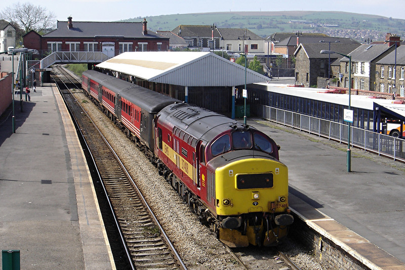 37408 13:15 Rhymney to Cardiff Central at Caerphilly 30/4/2005.