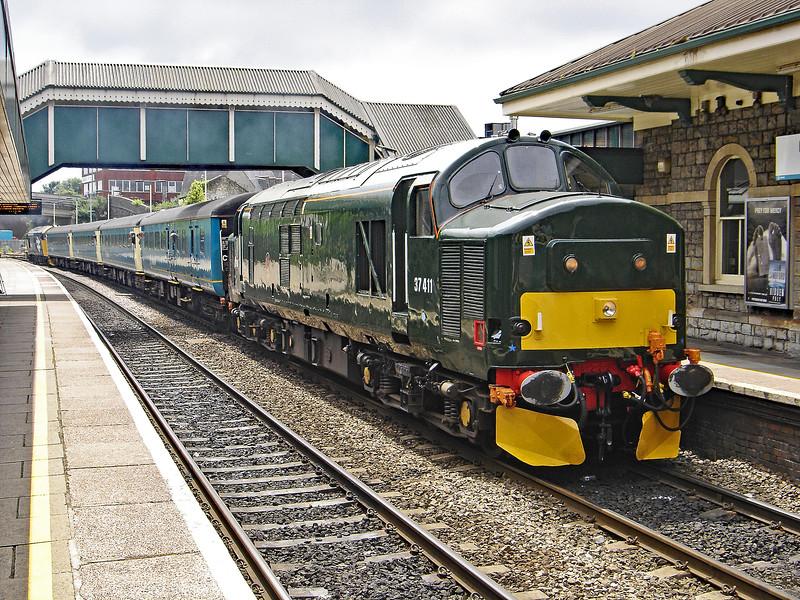 37411 Top & Tail 37425 12:07 Bridgend to Cardiff Central at Bridgend 12/6/2005.