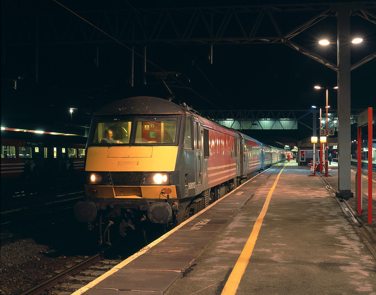 90013 pauses at Stafford at 19:43 on Wednesday 21st January 2004, with the 18:00 Euston - Liverpool Lime Street.