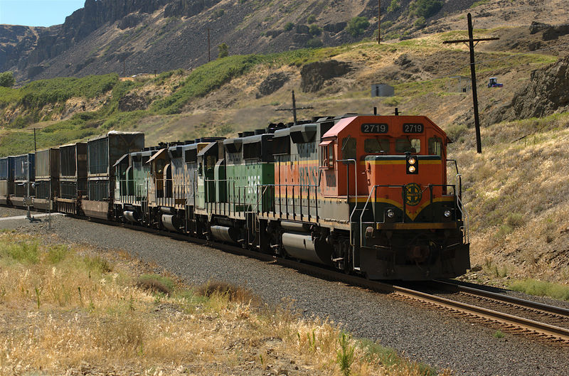 BNSF trash train for Roosavelt, WA slows for siding at Avery, WA