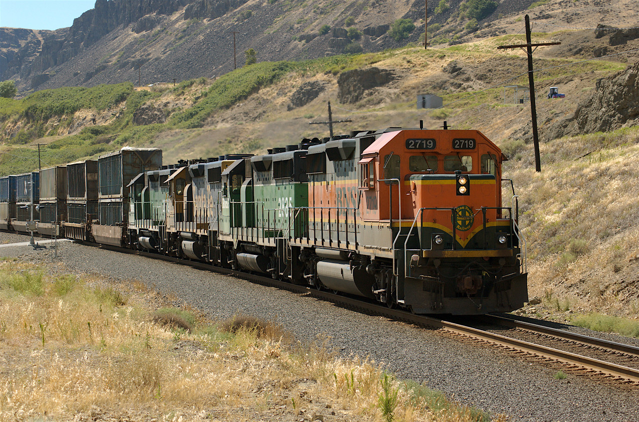 BNSF trash train for Roosavelt, WA slows for siding at Avery, WA