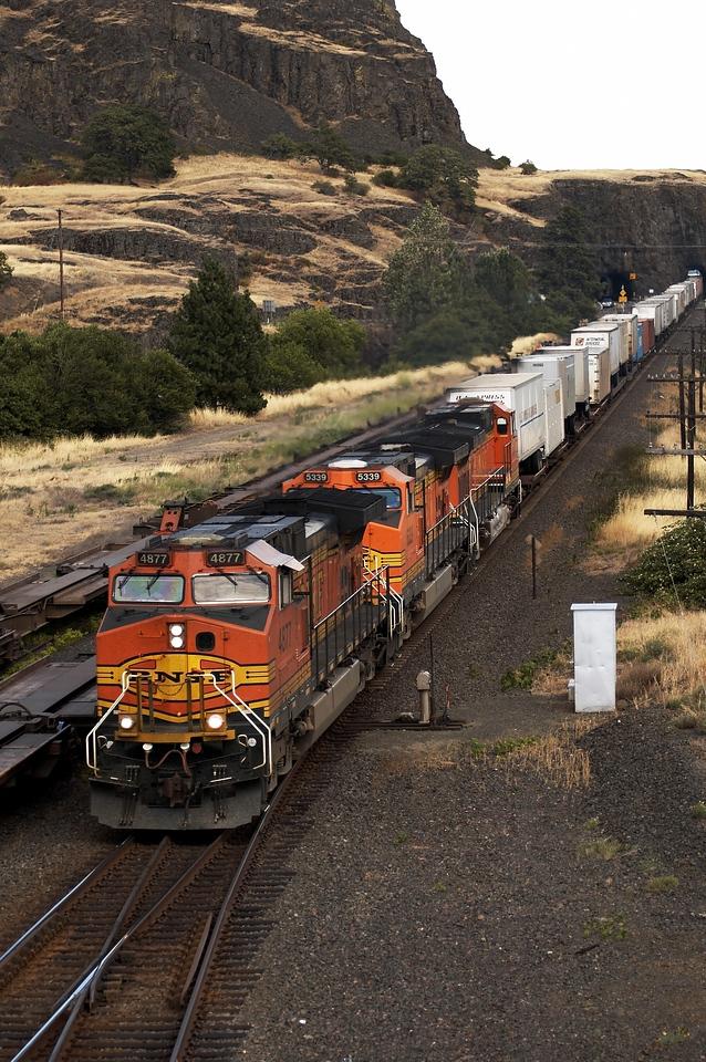 Portland Z train blasts through east Lyle, WA