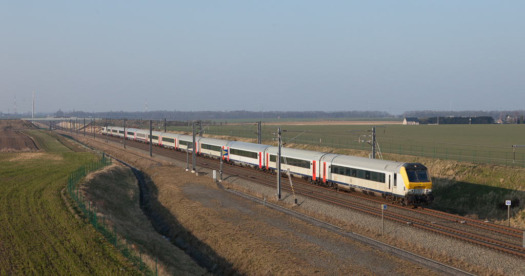 About to come off the LGV2 from Brussels to Liege, this IC is eastbound on the flatlands near Voroux.