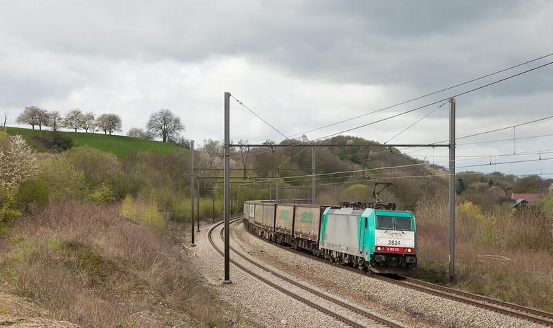 2824 brings the Ambrogio intermodal 40249 (Antwerpen-Oorderen - Gallarate/I) through Bassenge.