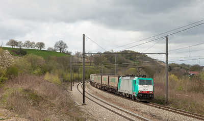 2824 brings the Ambrogio intermodal 40249 (Antwerpen-Oorderen - Gallarate/I) through Bassenge.