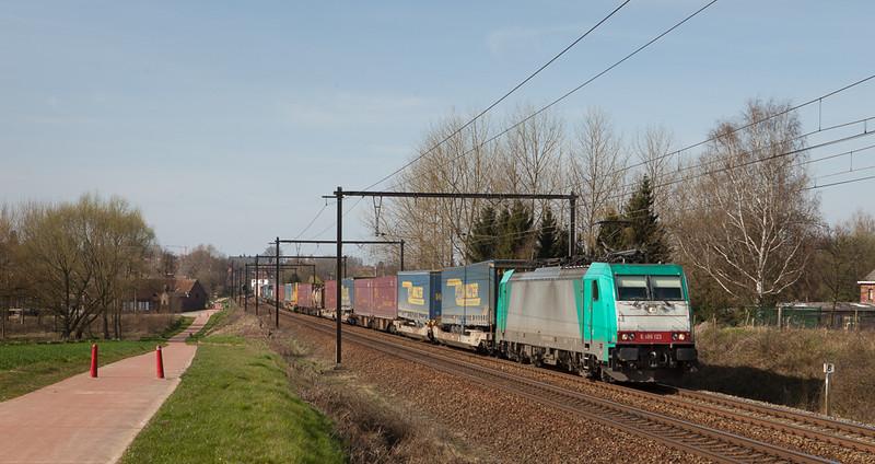 Railtraxx 2801 brings the Frankfurt-Shuttle through Hoeselt.