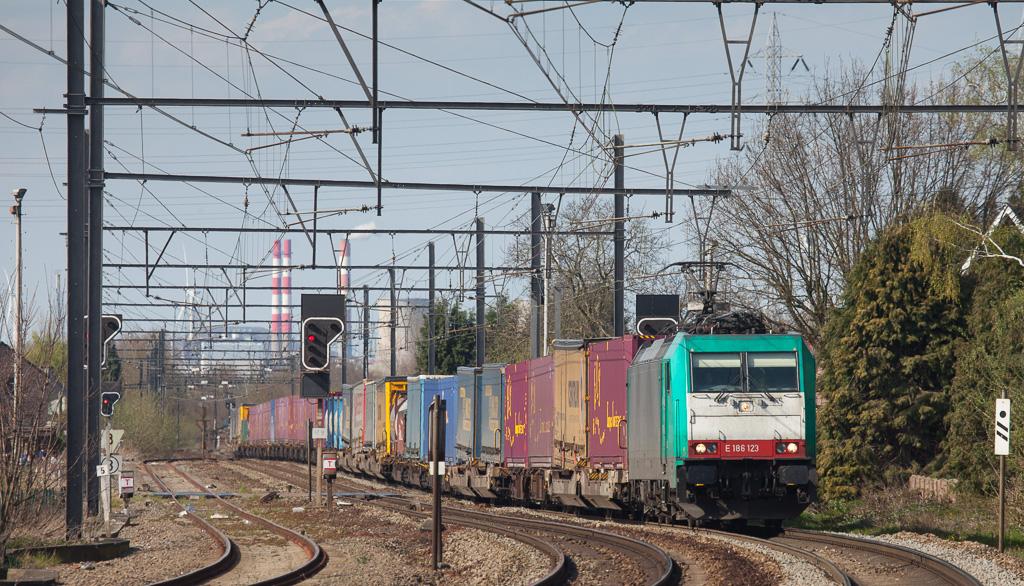 Railtraxx 2801 on the Frankfurt-Shuttle 43521 (Genk-G - Frankfurt-Hoechst/D) in Bilzen. That's the e-on power plant in Genk in the background.