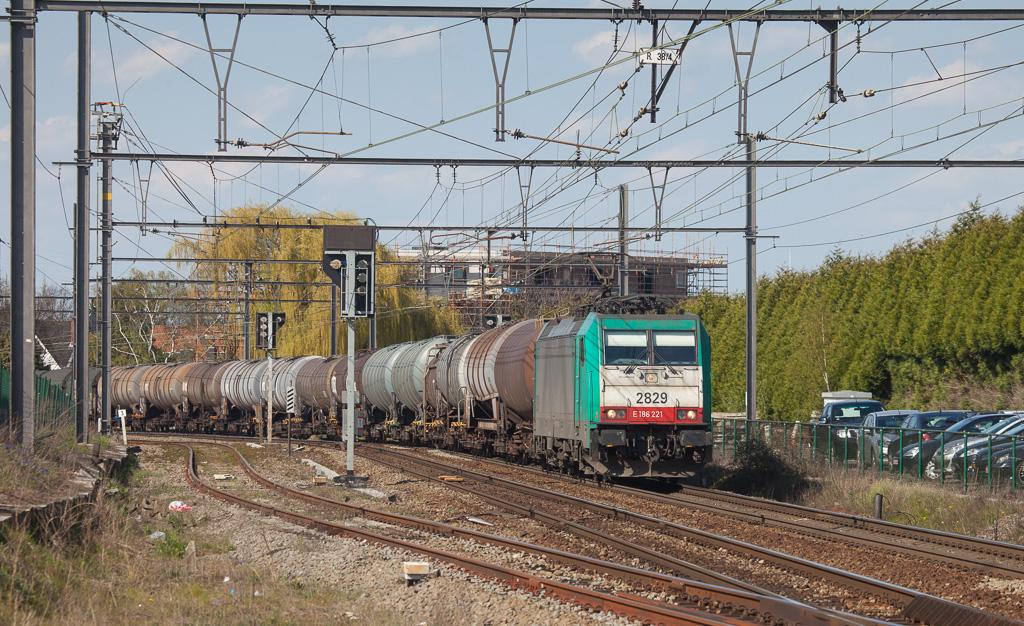 2829 swings into Bilzen with the 44525 (Antwerpen-Noord - Gremberg/D).
