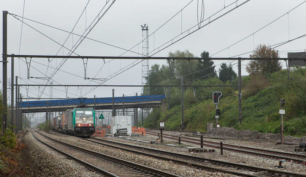 2841 with the 40242 (Gallarate/I - Antwerpen-Oorderen) passes the new yard lead at the Rue de Cheval Blanc underpass in the old location of Hindel in October 2014.