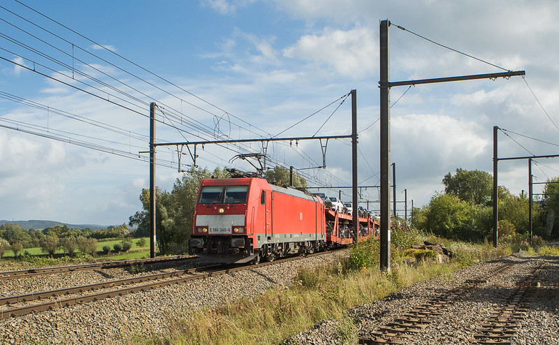 E 186 340 with vehicles passes the old Montzen yard lead in Hindel.