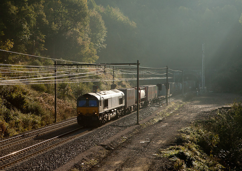 DLC PB19 exits the Gulp Tunnel with 41530 (Ludwigshafen/D - B.Ramskapell) in early morning fog.