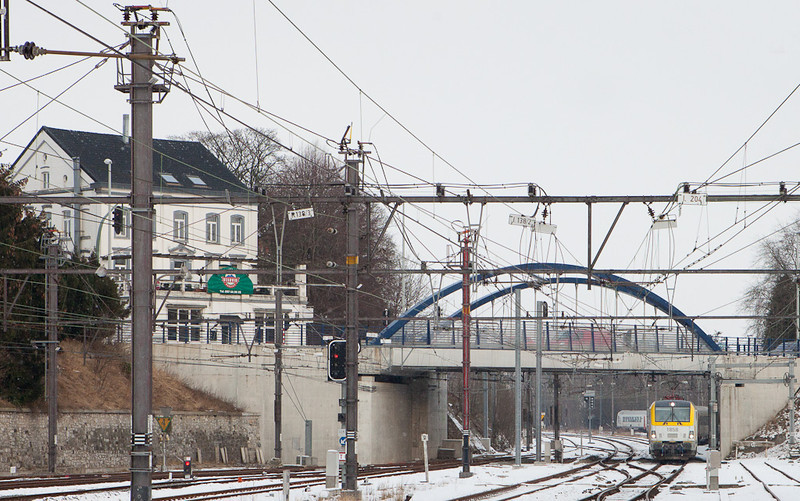 1858 with IC-A to Brussels approaching Welkenraedt from Eupen. The bridge carries Rue Mitoyenne across the tracks, which until 1919 formed the Prussian-Belgian border.