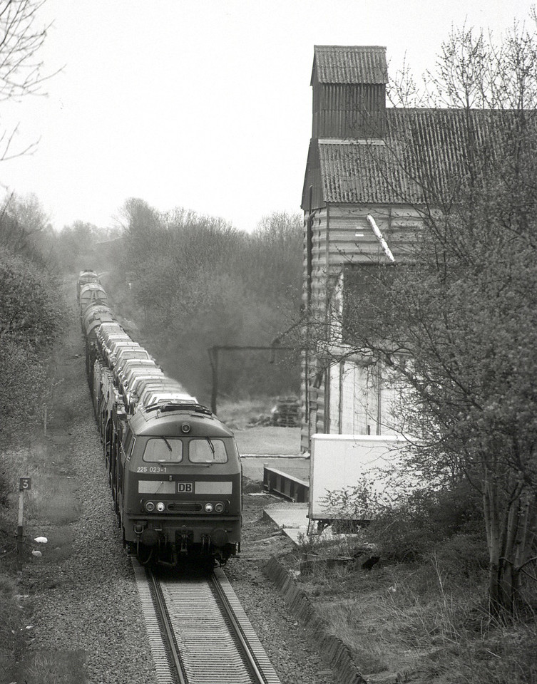 In 2003 the Viaduc de Moresnet was rebuilt and trains were diverted across the L39 via Welkenraedt. In this scene at Henri Chapelle three 225s are digging in with eastbound automobiles.