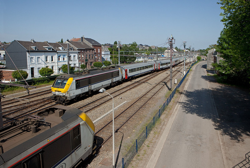 2009 was presumed to be the last year for class 13 engines in IC-A service. Here 1337 pushes her Eupen-bound charge into Welkenraedt station, passing 1332 which lays over with a peak time extra train. In the event it took over 2 more years for the class 18s to take over.