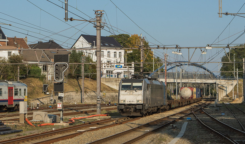 Railpool (Lineas) E 186 291 with a diverted intermodal from Germany in Welkenraedt.