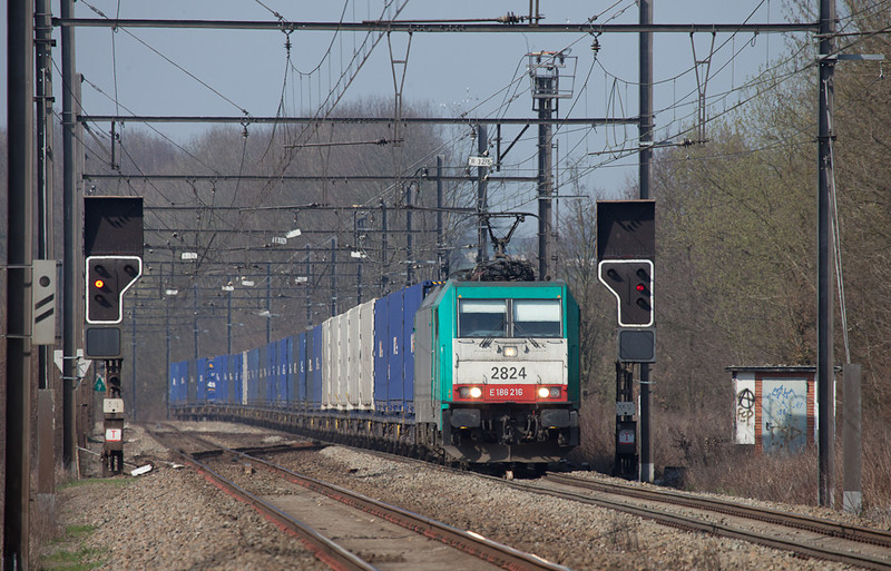2824 powers a solid train of Unit 45 containers through Remersdaal.