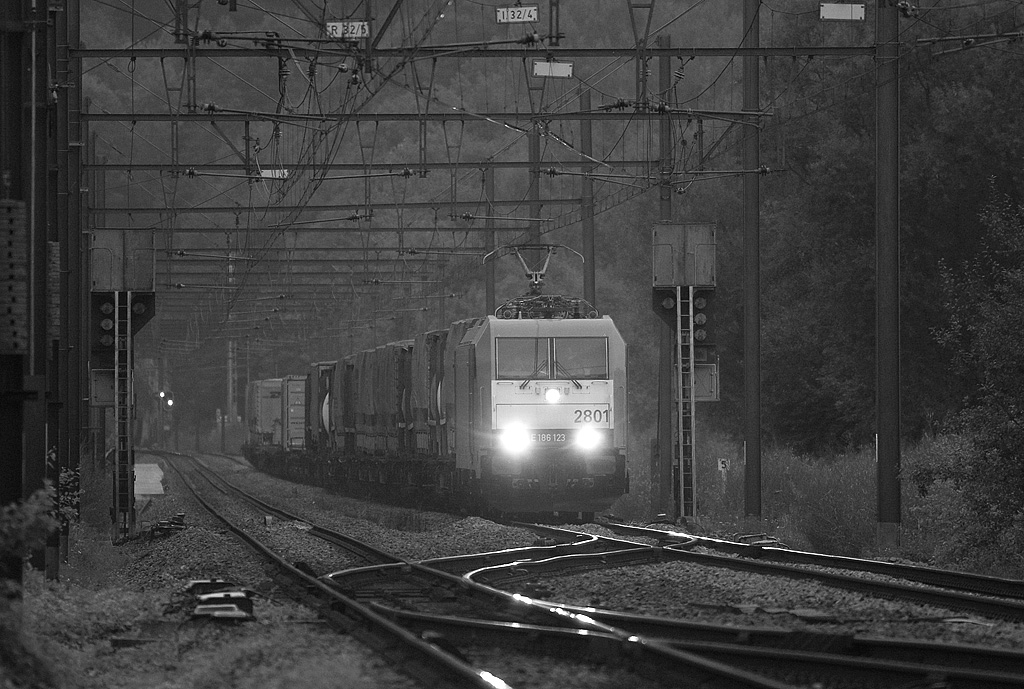 2801 (E186 123) with the TEC 40176 (Novara/I - Antwerpen Noord) in the absolutely last light in Remersdaal. In mid-2008 the first three class 2800 units (noticeable by the off-center placement of the number on the nose) were still novelties and railfans went out of their way to catch them. By 2009 nobody could be bothered anymore...
