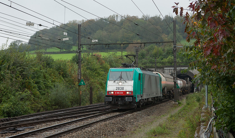 2838 emerges from the Tunnel de la Galoppe with the 44519 (Antwerpen-Noord - Gremberg/D) in Hindel.