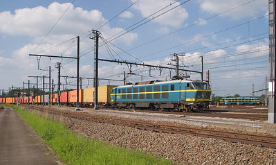 In a classic scene from the year 2005, electric 2022 brings an eastbound container train into Montzen Yard while 2017 stands ready to depart with a westbound. Closing in on 30 years in service, the class 20s were the most modern electrics to routinely run into Montzen until the end.