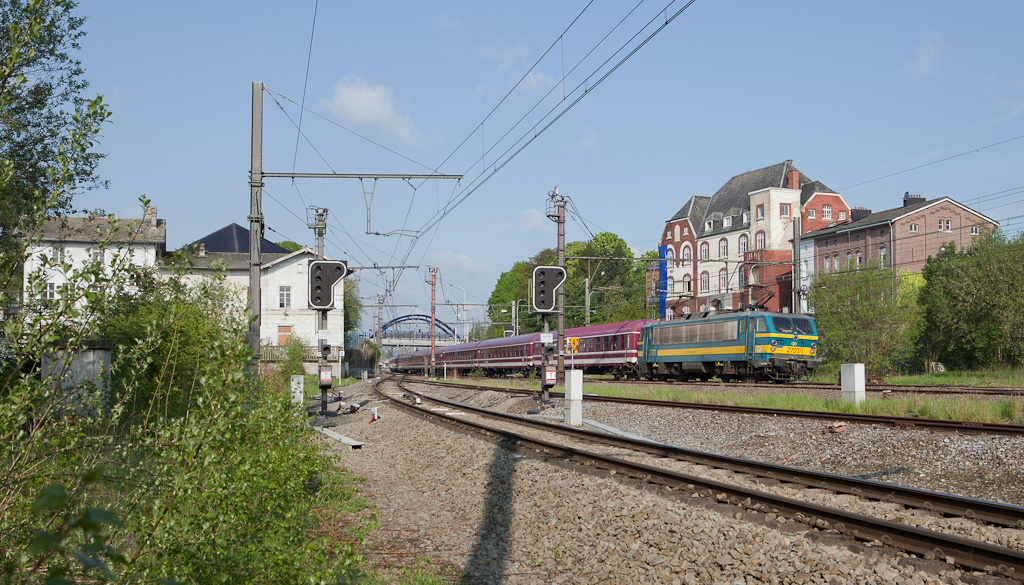 2701 storms through Herbesthal with a 14-car special train returning pilgrims from Lourdes/F. In a few more minutes the train will be handed over to a German class 110 in Aachen/D.