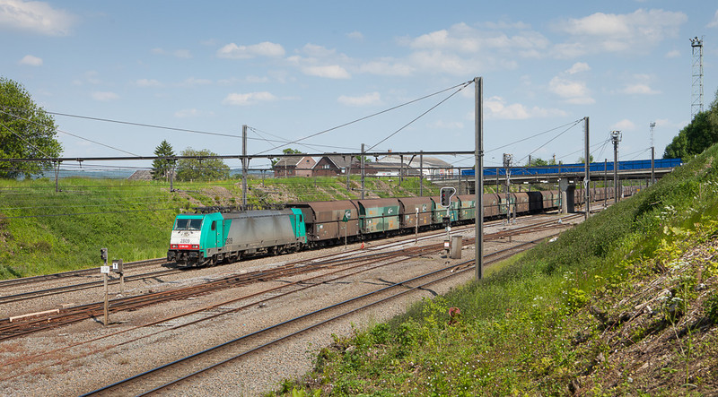 2809 on the coal empties 48562 (Mannheim-Rheinau/D - Antwerpen-Zandvliet) in Hindel.