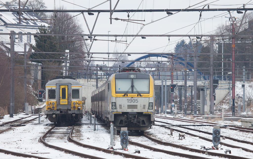 AM70 659 and 1905 with a peak time train are waiting out the weekend in Welkenraedt.