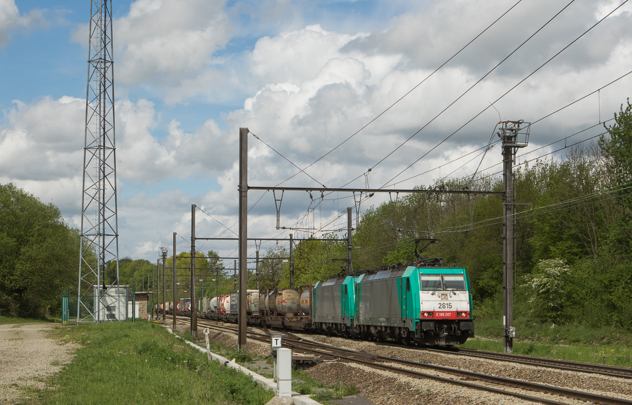 2815+2837 with the IFB 40279 (Genk-Zuid-Haven - Novara/I) in Remersdaal.