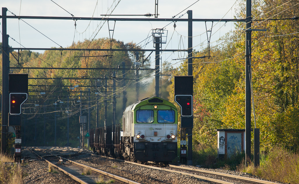In this autumnly scene Captrain 6603 has a very short aluminum train 48515 (Kinkempois - Nievenheim/D) in tow as it splits the westbound absolutes at Remersdaal.